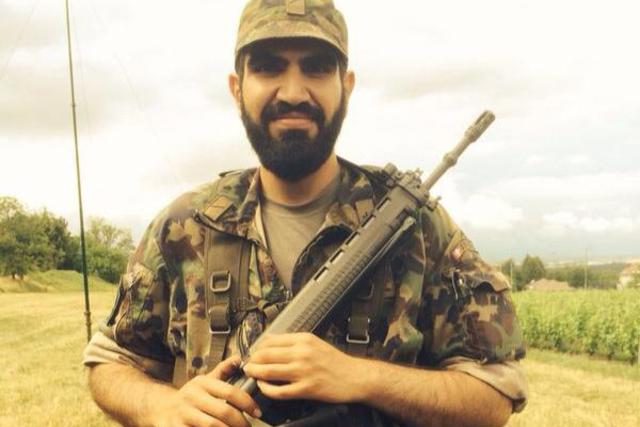 Benham Najjari en uniforme de l'amée suisse possant fièrement avec son FAS-90